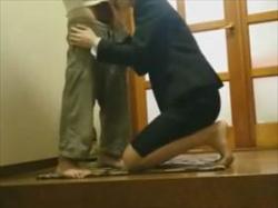 【個人撮影】不倫か性接待か?色々と憶測のある玄関で撮影されている盗撮映像がリアル過ぎてヤバい件の画像