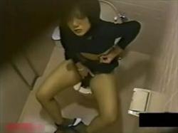 【素人盗撮】静かに喘ぎ声を我慢しながら公衆トイレで性欲処理の自慰行為に耽るお姉さんの姿が流出!の画像