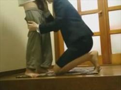 【個人撮影】リアル感ヤバい盗撮された流出映像がこちら!玄関で互いの性器をオーラルし合うカップルの性行為の画像