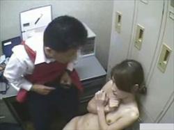 【素人盗撮】職権乱用!万引き見つかった娘が店長室で行き過ぎたお仕置きされてる映像がこちらの画像