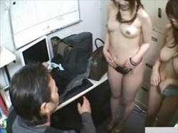 【素人盗撮】スーパーの事務所で撮られた隠撮映像!万引き娘2人が全裸にされてる様子が流出してる件の画像