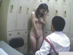 【素人盗撮】万引きで捕まった娘が事務所で辱めを受けてる映像がこれ!全裸を鑑賞されてフェラ強要までの画像
