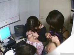 【素人盗撮】代償は大きかった‥万引き見つかった娘2人が店長室でおっぱい見られてフェラまで命令される懲罰の画像
