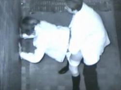 【素人盗撮】街角の死角で発情したカップルがセックスしている様子をビルの上から隠撮したリアル映像がこちらの画像