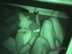 【素人盗撮】ラブラブだ!ドライブデートで車内でくつろぎ何気にSEX始めちゃうカップルを赤外線盗撮するの画像
