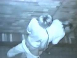 【素人盗撮】夜の街の死角で発情した若者カップル2組を撮影した流出映像がこれ!生々しい性行為がエロ過ぎるの画像
