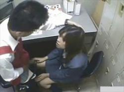 【素人盗撮】フェラ強要されてる制服娘がやけに可愛いな‥万引き捕まって店長のアソコを咥える娘のリアル映像の画像