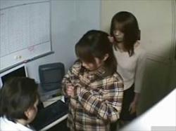 【素人盗撮】万引きした2人組の娘に対する店長の制裁がムゴイ!2人に交代でアソコをしゃぶらせる鬼畜店長の画像
