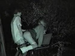 【素人盗撮】会話や喘ぎ声までしっかり聞こえてる青姦映像がこれ!夜の公園でセックスする若者カップルの姿の画像