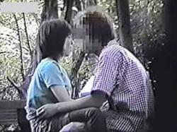 【素人盗撮】ベンチでイチャつくカップルを盗撮!おっぱい触りまくってる彼氏を嗜める彼女がエロ可愛いの画像