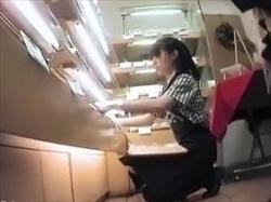 【素人盗撮】パン屋さんで働くさわやか系な娘のパンチラを逆さ撮りしてるガチヤバ映像がこれ!パンツも爽やかの画像