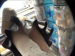 【素人盗撮】ムチムチだ!ストッキング越しのパンツも素足のパンツも絶景なパンチラ逆さ撮り映像がこちらの画像