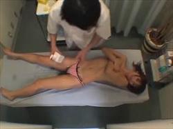 【素人盗撮】乳頭を絞ると母乳が!オイルマッサージで思わず感じてしまった女が施術師とSEXしてる映像がこれの画像