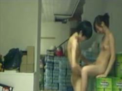 【個人撮影】凄い場所でSEXする人妻とバイト君を盗撮!会社の倉庫で全裸で情事に耽るリアルな姿がこれの画像