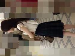 【素人盗撮】キレイ系お姉さんのパンチラを逆さ撮り盗撮!エスカレーターでスカートに手をかけ純白パンツを撮影の画像