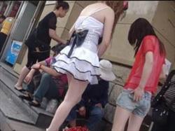 【素人盗撮】街で見かけた2人組の娘に粘着してパンチラ撮影!スカート短すぎて容易に丸見えパンツをゲットの画像
