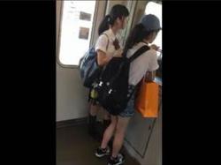 【素人盗撮】街で見かけたカワイ子ちゃんにコンビニから電車に乗るまでついて行きパンチラ逆さ撮りしてるやつの画像