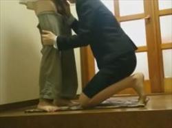 【個人撮影】リアルな盗撮もの!不倫カップル?玄関でスーツ姿の女性と男の生々しい性行為が映ってる映像がこれの画像