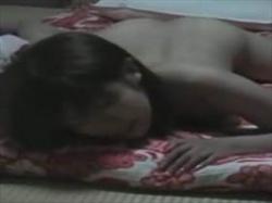 【素人盗撮】和室で自慰行為に耽る娘を外から盗撮してる映像がこれ!うつ伏せでの自慰で逝く娘の姿がクソエロいの画像