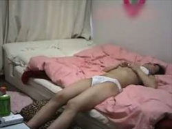 【素人盗撮】カップル間盗撮!彼女の部屋に彼氏が隠しておいたカメラの映像でまさかのオナニーが撮れた映像の画像