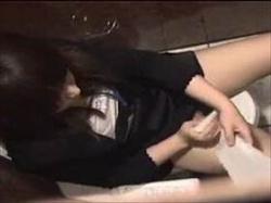 【素人盗撮】トイレで生理中のお姉さんがタンポン交換のついでにドエロい自慰行為に耽る様子を上から撮影の画像