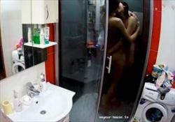 【無修正盗撮】同性愛者の女性2人が暮らす部屋のバスルームに隠しカメラ!キスして愛撫し合う様子がリアルの画像