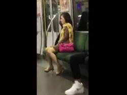 【個人撮影】たまたま乗り合わせた客がスマホで盗撮!近くに調教主?地下鉄車両内で喘ぎ声あげてる女のガチ映像の画像