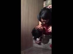 【個人撮影】真面目そうな娘だが‥クラブのトイレでセックスしてるカップルを上から盗撮した映像が流出の画像