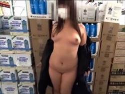 【個人撮影】スーパーでの露出撮影から外でのおしっこ場面まで撮影して投稿されている素人カップルの記録映像の画像