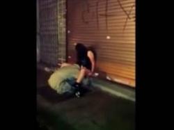 【個人撮影】泥酔して座り込む娘のアソコに顔をうずめてクンニするホームレスの姿を一般人が盗撮した流出映像の画像