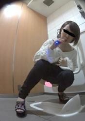 電子タバコ吸いながらおしっこする平野風お姉さん。の画像