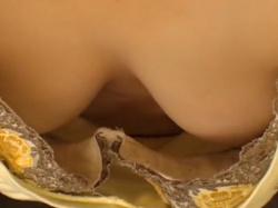 【胸チラ盗撮】家でパソコンしてるお姉さんの胸元からおっぱいが…しかも乳首まで…の画像