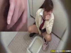 【JKトイレ盗撮】自慰中毒のJK娘が小便のついでにマンコ指でかき回してピクピク痙攣wwの画像