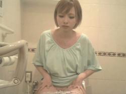 【トイレ盗撮】若い女の子達がトイレでおしっこしてるところを隠し撮りしたエロ動画。の画像