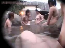 【露天風呂盗撮ero-ideo動画】10代のロリ美少女が群がる岩盤露天風呂でプロの女撮り師が巨乳も貧乳もまとめてGETの画像