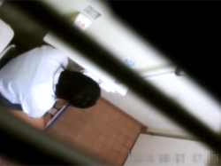 【JC盗撮】学校の清掃員が仕掛けた隠しカメラ映像!イマドキ女子中●生のリアルなおしっこ姿が露わに…の画像