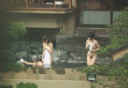 【露天風呂盗撮画像】露天風呂で上半身裸でくつろぐ若い女性客のおっぱいをしっかりと撮影されてしまったエロ画像wwの画像