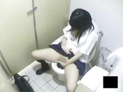 【JK盗撮】駅のトイレでオナニーする制服姿の女子校生を壁の上から撮影wの画像