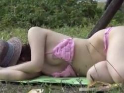 関西の某ビーチで海水浴に来ていた水着ギャル達が乳首ポロリした瞬間を捕えた盗撮映像入手!の画像