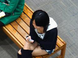 【JK胸チラ盗撮画像】ふくらみかけおっぱいが目白押しな女子校生の谷間を隠し撮りしたwの画像