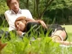 会社の昼休みに公園の片隅でイチャイチャするOLとサラリーマン!そしてまさかの…の画像