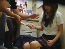 万引き女子校生の弱みにつけ込んで事務所でセクハラ→レイプする鬼畜店長!の画像