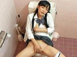 「おしっこ漏れちゃう><」女子校トイレで気持ちよすぎて失禁オナニーしてるJK盗撮!の画像