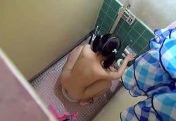 夏休み期間中の市民プールトイレに張り込んでJS少女たちの放尿シーンを隠し撮り!の画像