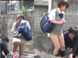 街中を歩いてるJKのスカートを強引にズリ下げ→突然の事態にパンイチであたふたwwの画像