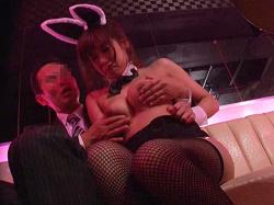 おっパブで売れっ子バニーガール巨乳嬢に欲情した男性客が挿入しちゃうハプニング!の画像