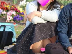 パンチラ盗撮 彼氏が横にいようがお構いなし!!お花見を楽しんでる素人っ娘たちです 。見えてるのに気づいてない自然な素振りがいいですね~の画像