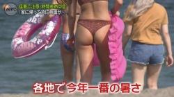 ニュースで海水浴場の映像、尻丸出しTバック素人が映ってしまう放送事故wwwwwwwの画像