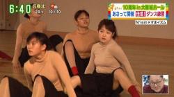 諸國沙代子アナ、中村秀香アナがピチピチ衣装でダンス。下着透け、おっぱい揺れ激エロ!!の画像