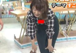 尾崎里紗アナ(26)、前屈で生おっぱい谷間モロ見え激エロwwwwwwの画像